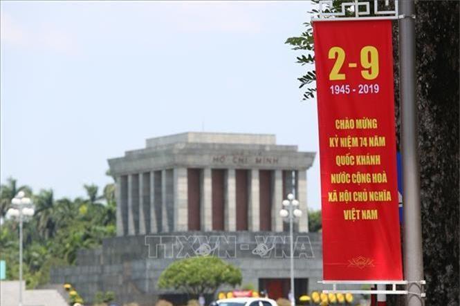 Băng rôn, biểu ngữ được trang hoàng tại Quảng trường Ba Đình mừng Quốc khánh 2/9. Ảnh: Thành Đạt/TTXVN