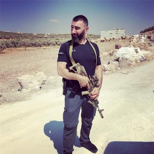 Một chiến binh Hồi giáo tại tỉnh Idlib đang cầm khẩu AK bullpup trên tay. Ảnh: Al Masdar News.