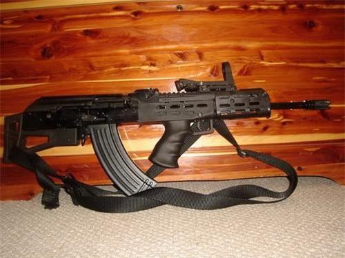 Cận cảnh một khẩu AK được hoán cải sang cấu hình bullpup thông qua bộ thiết bị AKU-94. Ảnh: World of Gun.