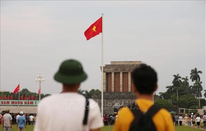 Người dân đứng chào cờ Tổ quốc trên Quảng trường Ba Đình, sáng 2/9/2019. Ảnh: Văn Nam/TTXVN phát