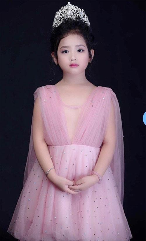 """Lê Khánh Ngân – Birdy Le, sinh sống và học tập ở Úc, là cái tên mới """"gây sốt"""" tại làng âm nhạc Việt. Sớm tiếp xúc với Piano, chỉ trong hơn 1 năm học tập, Khánh Ngân nhanh chóng bộc lộ năng khiếu trong bộ môn nghệ thuật này. Cô bé phát triển đến Level 5 AMEB, tương đương với một bạn nhỏ trên 12 tuổi đã học 6 -7 năm. Biết được khả năng của con, gia đình cũng hỗ trợ Khánh Ngân để bé có thể phát triển trong tương lai. Hiện nhạc công nhí đang tích cực chuẩn bị cho kỳ bảo vệ Level 6 AMEB Piano vào cuối 2019."""
