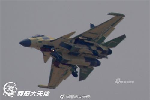 Máy bay tác chiến điện tử trên hạm J-15D được Trung Quốc tiến hành song song với dự án J-16D. Ảnh: Sina.