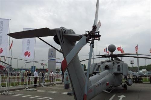Về động cơ, Mi-28NE trang bị cặp động cơ tuabin trục VK-2500 cho phép máy bay đạt tốc độ tới 300km/h, trần bay 5.600m, cự ly bay 435km. Cánh quạt của Mi-28NE làm bằng vật liệu plastic siêu bền có thể chống chịu đạn 30mm bắn vào. Ngoài ra, cánh quạt đuôi thiết kế với hình dạng chữ X giảm đáng kể tiếng ồn khi bay. Ảnh: Wikipedia