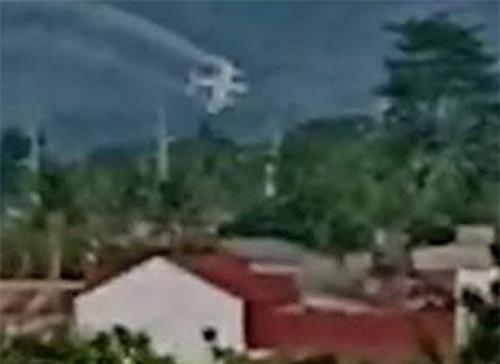Khoảnh khắc máy bay lao xuống (Ảnh: ViralPress)
