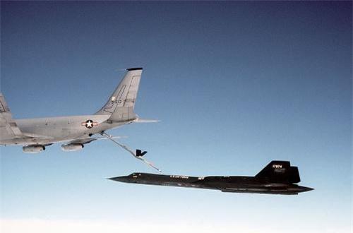 """Hơn nữa, tên lửa trên chiếc MiG-25 sẽ không phát huy tác dụng, vì """"hầu hết các tên lửa không đối không được tối ưu hóa để cơ động trong không khí dày đặc ở độ cao dưới 9.000m"""", cựu phi công SR-71 Blackbird Đại tá Richard Graham giải thích trong cuốn sách của mình: Toàn cảnh Lịch sử SR-71. """"Khi tấn công chiếc SR-71 đang bay ở độ cao 22.000m, không khí là quá loãng nên khả năng vận động của tên lửa suy giảm rất nhiều"""". Ảnh: Wikipedia"""