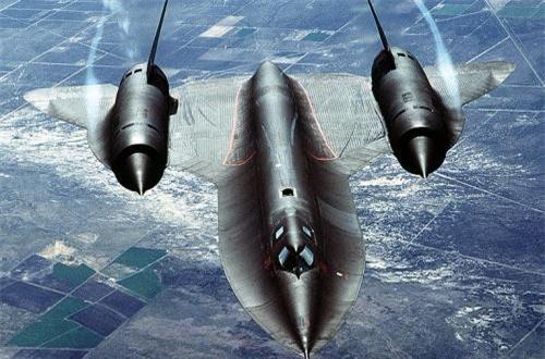 Chiếc SR-71 Blackbird đã làm được những điều tưởng chừng không thể ở thời đó như bay nhanh gấp 3,2 lần tốc độ âm thanh ở độ cao 27.000m. Nói một cách hình tượng, SR-71 chụp ảnh từ độ cao gấp 3 lần chiều cao của đỉnh Everest, và các phi công phải mặc bộ quần áo kháng áp đầy đủ như các phi hành gia. Ảnh: Wikipedia