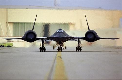 Theo đó, một lớp sơn đặc biệt được sử dụng để sơn phủ cánh, đuôi và thân máy bay SR-71. Loại sơn này có chứa ferrite sắt, hấp thụ năng lượng sóng radar thay vì phản hồi trở lại. Ảnh: Wikipedia
