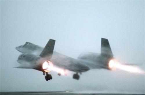 Với diện tích phản xạ radar chỉ tương đương với một chiếc máy bay hạng nhẹ cỡ nhỏ, SR-71 rất khó bị phát hiện, bắn hạ. Thông thường, khi radar cảnh giới phát hiện ra SR-71 thì đã là quá muộn để bắn chặn. Blackbird cũng sử dụng các biện pháp gây nhiễu và đối phó điện tử với các khí tài phòng không đối phương. Ảnh: Wikipedia
