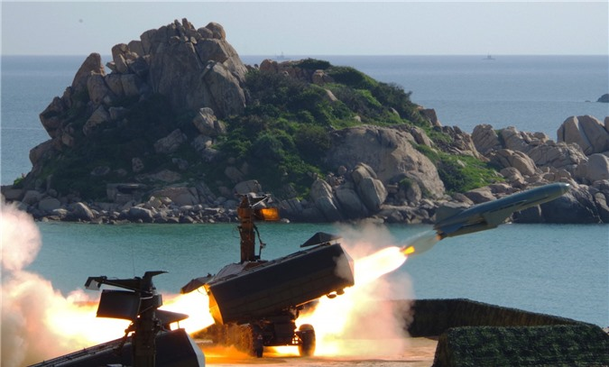 Tên lửa bờ 4K51 Rubezh khai hỏa. Ảnh: Báo Hải quân