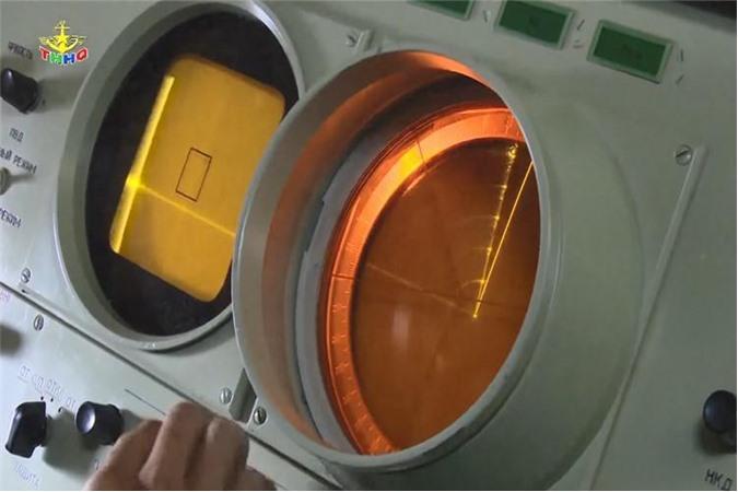 Bên trong cabin điều khiển tổ hợp tên lửa. Ảnh: Truyền hình Hải quân