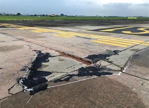 Khu bay Nội Bài đang xuống cấp với mật độ và phạm vi hư hỏng ngày càng nghiêm trọng hơn. Bề mặt đường cất hạ cánh 1A xuất hiện hiện vệt bánh tàu bay. Ảnh: VOV