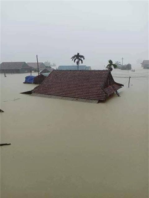 Hình ảnh ngập lụt kinh hoàng ở rốn lũ miền Trung - Ảnh 2.