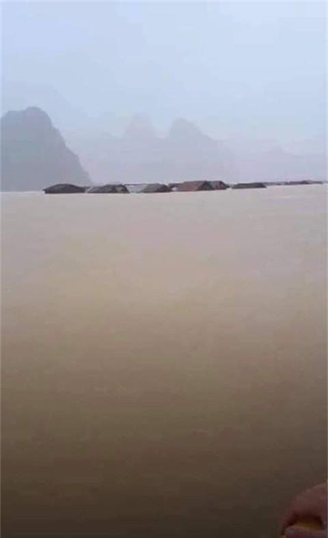 Hình ảnh ngập lụt kinh hoàng ở rốn lũ miền Trung - Ảnh 3.