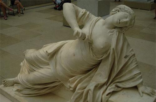 Tượng Lucretia tự sát.