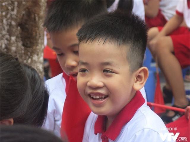 Muôn vàn biểu cảm của học sinh lớp 1 trong ngày khai giảng năm học 2019 - 2020 - Ảnh 4.