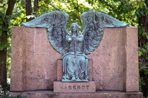 Tượng thiên thần Haserot (Cleveland, Mỹ): Nghĩa trang Lake View của Cleveland là một khu di tích lịch sử, nơi an nghỉ của nhiều nhà công nghiệp nổi tiếng và cố tổng thống Mỹ James Garfield. Một trong những điểm tham quan đặc biệt ở đây là bức tượng thiên thần Haserot được đặt trên mộ của Francis Haserot. Ảnh: Tripsavvy.