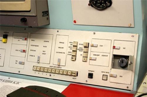"""Các """"đoàn tàu ICBM"""" với hình dáng y hệt các đoàn tàu chở hàng hoạt động không nghỉ trong hệ thống đường sắt quy mô lớn của Nga. Các biện pháp theo dõi của Mỹ và Phương Tây đã bó tay với loại vũ khí này của Liên Xô, Nga. Trong ảnh là ổ khóa khởi động hệ thống tên lửa hạt nhân. Ảnh: Wikipedia"""