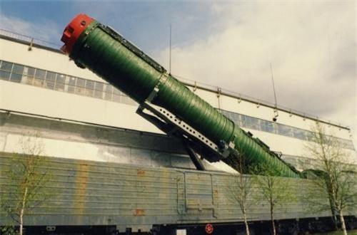 Tất nhiên, sau cùng thì Viện thiết kế Yuzhnoye vẫn hoàn thành nhiệm vụ được giao với biến thể hệ thống tên lửa đạn đạo liên lục địa phóng từ tàu hỏa R-23 UTTKh Molodets (Tổng cục Pháo binh – Tên lửa Bộ Quốc phòng Liên Xô gọi là 15Zh61; NATO định danh là Scapel còn Tình báo Quốc phòng Mỹ DIA gọi là SS-24), chính thức triển khai năm 1989. Ảnh: Wikipedia