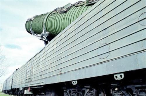 Theo Wikipedia, toàn bộ ống phóng chứa tên lửa được đặt gọn trong toa tàu hỏa dài, hệ thống giá phóng cho phép tên lửa triển khai sẵn sàng phóng trong 15 phút. Ảnh: Wikipedia