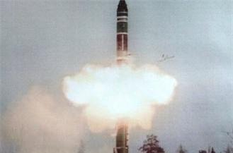 Để đảm bảo khả năng cung cấp lực đẩy cho tên lửa ở mọi địa hình phóng, RT-23 UTTKh có tầng phóng đầu tiên trang bị động cơ thay đổi véc-tơ lực đẩy giúp tối ưu gia tốc và giảm bộc lộ hồng ngoại khi phóng. Tên lửa dùng phương thức dẫn đường quán tình hiệu chỉnh pha giữa nhờ hệ thống đạo hàng hình sao giúp bán kính lệch mục tiêu (CEP) ở tầm bắn tối đa (10.500km) chỉ là 500m. Ảnh: Wikipedia