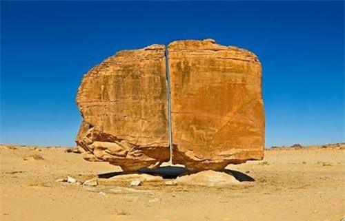 Khối đá tự nhiên Al Naslaa.