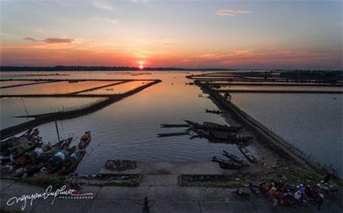 Khoảnh khắc đẹp nhất ở Pha Tam Giang xuất hiện khi được bao phủ bởi ánh bình minh và hoàng hôn. Nó dường như ôm lấy cả bầu trời đầy mây với đầy màu sắc phản chiếu trên mặt nước và mặt trời rực sáng như một thỏi son trên đường chân trời. Tất cả sự kết hợp của chúng tạo ra một bức ảnh đẹp như tranh vẽ của thiên nhiên.