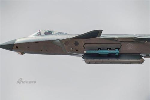 """Khái niệm """"Chế độ Quái thú"""" bắt đầu được phổ biến rộng rãi bởi các tiêm kích F-35 của Không quân Mỹ và vừa qua, cộng đồng mạng Trung Quốc đã xôn xao với việc tiêm kích J-20 xuất hiện ở chế độ chiến đấu cao nhất này. Nguồn ảnh: Sina."""