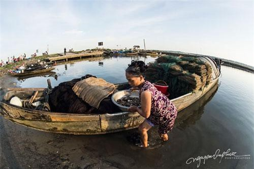 Ngôi làng nghèo có vẻ đẹp hoang sơ và bình yên, mỗi khi bình minh những chiếc thuyền nhỏ lần lượt trở về sau một đêm dài đánh bắt tôm, cá.