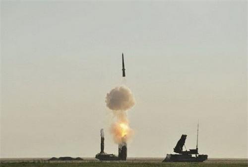 Tên lửa đánh chặn 9M82M Giant thuộc tổ hợp phòng không lục quân S-300VM Antey-2500 rời bệ phóng. Ảnh: TASS.