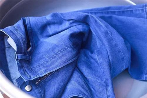 Đổ muối vào quần Jean giúp cho quần jean không bạc màu.