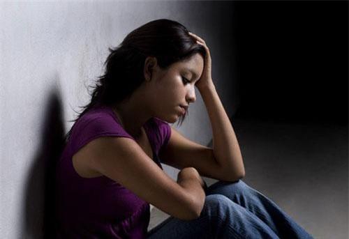 Nhiều đêm tôi ôm bụng bầu nằm khóc một mình vì chồng còn mải nhậu nhẹt với bạn bè. (Ảnh minh họa)