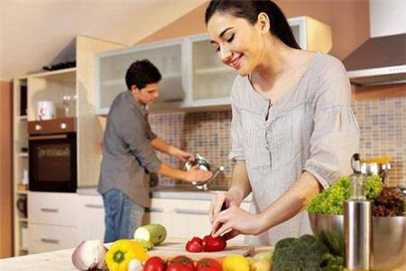 Ngoài những lúc bận bịu công việc anh đều dành thời gian giúp đỡ tôi việc nhà. Anh có sở thích nấu nướng và nấu rất khéo, nếu so ra thì phụ nữ khối người phải chào thua. (Ảnh minh hoạ)