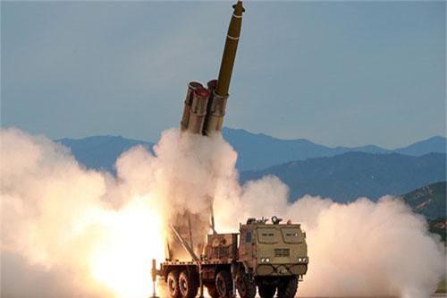 Từ lâu, pháo phản lực phóng loạt được coi là vũ khí phi hạt nhân đáng sợ nhất thế giới. Sức công phá lớn, khả năng tấn công nhanh và dồn dập, pháo phản lực phóng loạt tạo nên sự uy hiếp toàn diện.