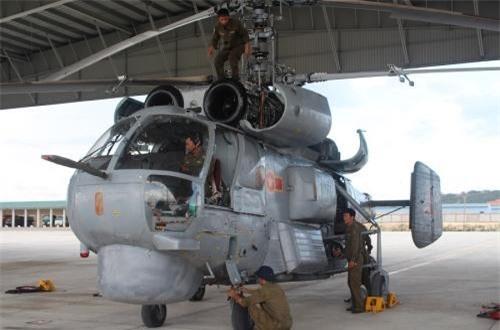 Lữ đoàn Không quân Hải quân 954 sẽ thực hiện các nhiệm vụ gồm: tác chiến săn ngầm; vận tải quân sự; trinh sát, quan sát trên không, trên mặt đất, trên mặt nước; tìm kiếm cứu nạn trên biển, trên đất liền và cứu hộ, cứu nạn và phòng chống bão lụt. Về trang bị của lữ đoàn, lực lượng nòng cốt hiện tại sẽ là các trực thăng chống ngầm Ka-28. Ảnh: Báo Hải quân