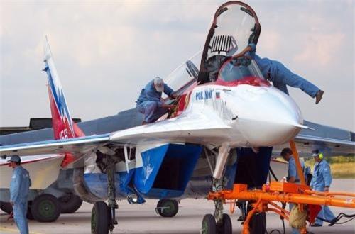 Theo Wikipedia, MiG-29OVT (NATO định danh là Fulcrum F) lần đầu xuất hiện tại triển lãm hàng không MAKS 2001 tổ chức tại Moscow, Nga. Đây là mẫu sửa đổi từ biến thể nâng cấp MiG-29M, với việc trang bị động cơ có kiểm soát véc tơ lực đẩy và hệ thống điều khiển fly-by-wire. Ảnh: Airliners.net