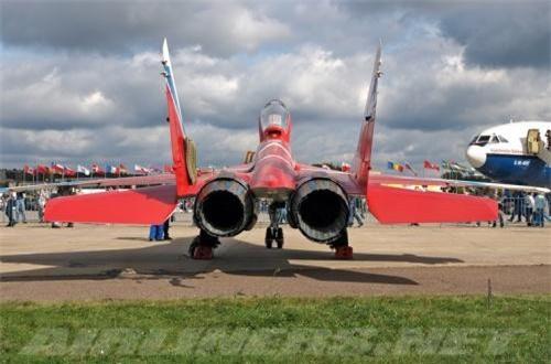 MiG-29OVT trang bị 2 động cơ tuốc bin phản lực RD-33 trang bị miệng vòi phun do Klimov thiết kế cho phép quay mọi hướng, giúp lực đẩy véc tơ có thể lệch mọi hướng theo thiết kế. Ảnh: Airliners.net