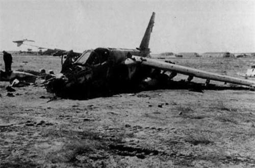 Đầu tiên, máy bay cường kích Su-25 chuyên thực hiện các nhiệm vụ tấn công mặt đất. Có khoảng 50 máy bay Su-25 được luân phiên triển khai làm nhiệm vụ và đã thực hiện hơn 60.000 phi vụ trong suốt cuộc chiến này. Tuy nhiên do thường xuyên thực hiện các phi vụ tấn công tầm thấp nên Su-25 cũng là loại máy bay bị săn lùng nhiều nhất. Tổng cộng có 36 chiếc Su-25 bị rơi trong chiến tranh, trong đó có 21 chiếc bị bắn hạ số còn lại bị rơi do sự cố kỹ thuật. Ảnh: Wikipedia