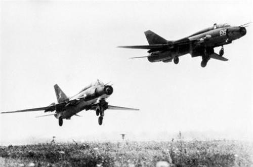 Thứ 2, Su-17 cũng là một máy bay cường kích có vai trò tương tự như Su-25. Su-17 cũng được sử dụng với vai trò săn lùng các khu vực tiền đồn của lực lượng phiến quân Mujahideen, đây là loại máy bay duy nhất được sử dụng từ đầu cho đến cuối cuộc chiến. Có 34 máy bay Su-17 đã bị bắn hạ hoặc gặp sự cố trong cuộc chiến này. Ảnh: Wikipedia
