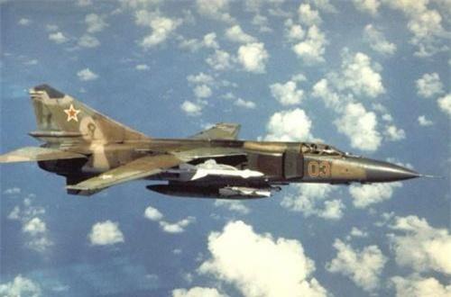 Thứ 4, tiêm kích đánh chặn cánh cụp cánh xòe MiG-23 được sử dụng với vai trò phòng không và cả tấn công mặt đất. 11 máy bay MiG-23 đã bị bắn hạ hoặc gặp sự cố trong cuộc chiến này. Ảnh: Wikipedia