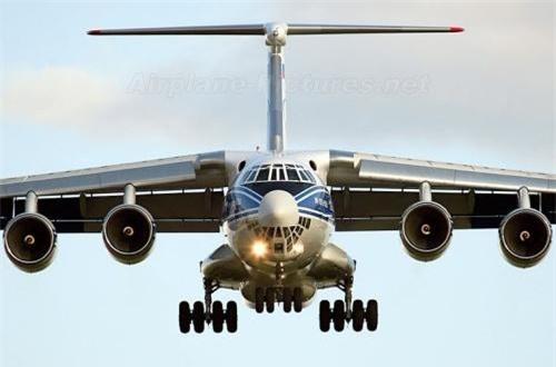 Thứ 7, máy bay vận tải quân sự hạng nặng Il-76 được trang bị 4 động cơ phản lực, chuyên thực hiện các hoạt động vận chuyển hàng hóa quân sự đặc biệt như các loại xe thiết giáp, xe quân sự, pháo binh, đạn dược đến chiến trường. Ít nhất 2 chiếc IL-76 đã bị rơi trong đó không loại trừ khả năng bị bắn hạ. Ảnh: Wikipedia