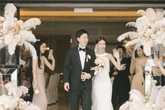Lễ đăng ký kết hôn của Thần tiên tỷ tỷ Văn Vịnh San với đại gia: Lấn lướt hôn lễ của tỷ muội cạch mặt Angela Baby - Ảnh 4.