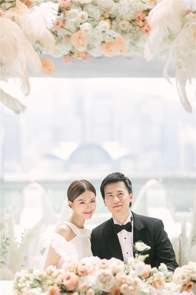 Lễ đăng ký kết hôn của Thần tiên tỷ tỷ Văn Vịnh San với đại gia: Lấn lướt hôn lễ của tỷ muội cạch mặt Angela Baby - Ảnh 5.