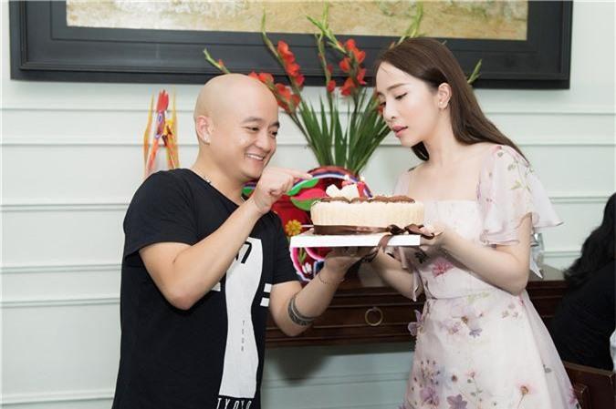 NTK CAo Minh Tiến chuẩn bị bánh kem chúc mừng sinh nhạt QN