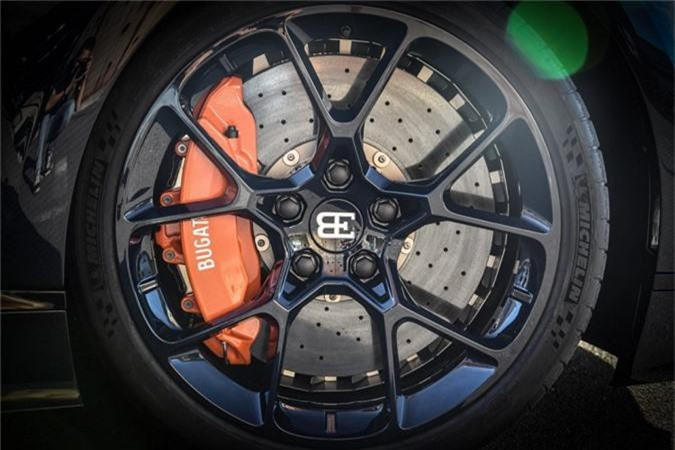 Sieu xe Bugatti Chiron ham ho voi than xe soi carbon xanh-Hinh-3