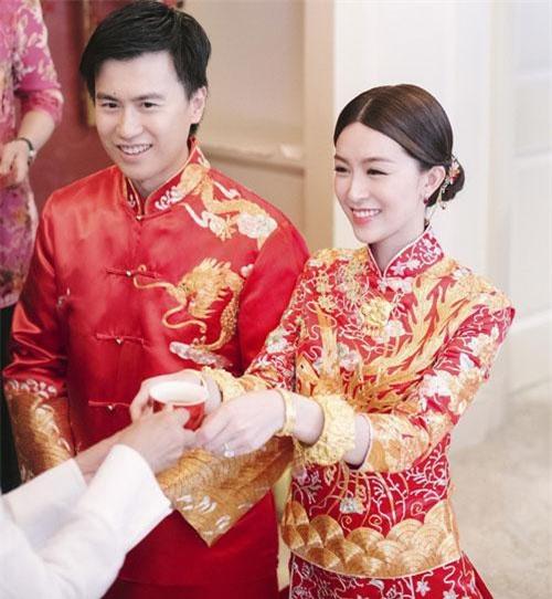 Cô dâu Văn Vịnh San cùng chú rể làm lễ dâng trà cho bố mẹ 2 bên