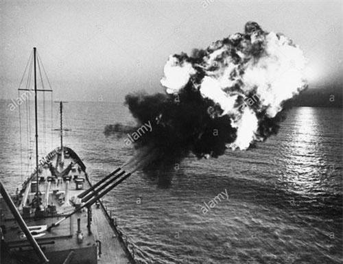 Bên cạnh việc đánh phá dữ dội tuyến đường vận tải chiến lược Trường Sơn, tháng 10/1966, Hải quân Mỹ mở chiến dịch quy mô lớn với biệt danh là Sea Dragon ( Rồng biển) nhằm cắt đứt tuyến vận tải trên biển từ Việt Nam Dân chủ Cộng hòa vào miền Nam Việt Nam. Ảnh: Tuần dương hạm hạng nặng USS Boston (CAG-1) nã đại pháo oanh tạc vùng ven biển miền Bắc Việt Nam năm 1968. Ảnh: alamy