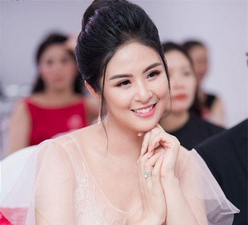 Trong một sự kiện khai trương ở Hà Nội, Hoa hậu Ngọc Hân gây bất ngờ khi xuất hiện với hình ảnh xinh đẹp, ngọt ngào như công chúa.