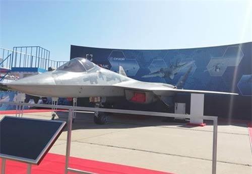 """Tại Triển lãm hàng không quốc tế Moskva - MAKS 2019, tiêm kích tàng hình thế hệ 5 Sukhoi Su-57E là một trong những """"ngôi sao"""" thu hút được rất nhiều sự quan tâm của du khách tham quan."""