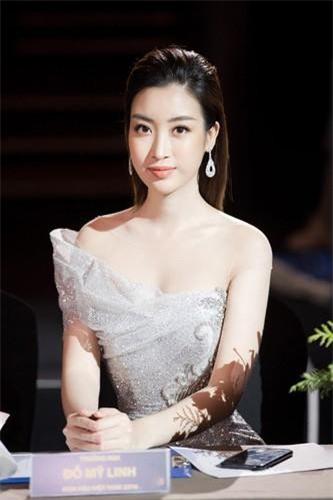 3 năm sau khi đăng quang ngôi vị Hoa hậu Việt Nam 2016, Đỗ Mỹ Linh đã giành được nhiều tình cảm yêu mến của người hâm mộ nhờ nỗ lực xây dựng hình ảnh một nàng hậu ngoan hiền, giản dị, sạch scandal, ngày càng tỏa sáng về ngoại hình lẫn tri thức. Ảnh: FBNV.