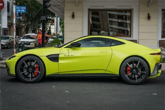 Là một trong hai chiếc xe đầu tiên được đại lý Aston Martin Hồ Chí Minh đưa về nước vào đầu năm nay, siêu xe Aston Martin Vantage này nhanh chóng tìm được chủ nhân khi còn chưa được mang ra khỏi cảng. Chủ nhân chiếc xe, anh Hoàng Kim Khánh, là một doanh nhân thành đạt hoạt động trong ngành chăm sóc sắc đẹp.